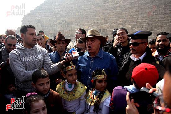 https://www.egyptravel4you.com/wp-content/uploads/2018/10/66357-صور-زاهى-حواس-بجولة-مع-1000-طفل-بالاهرامات-14.jpg
