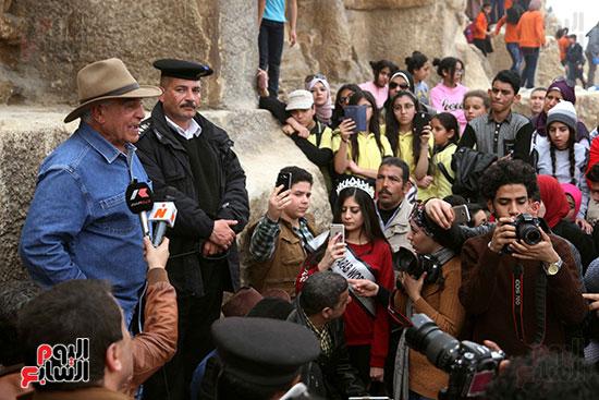 https://www.egyptravel4you.com/wp-content/uploads/2018/10/76570-صور-زاهى-حواس-بجولة-مع-1000-طفل-بالاهرامات-31.jpg